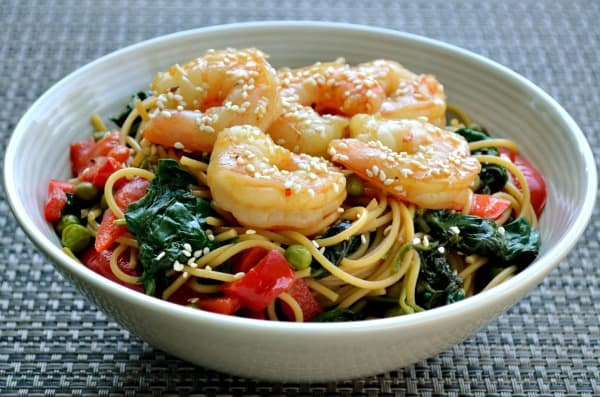 Noodle bowl with shrimp, spinach, peppers and peas